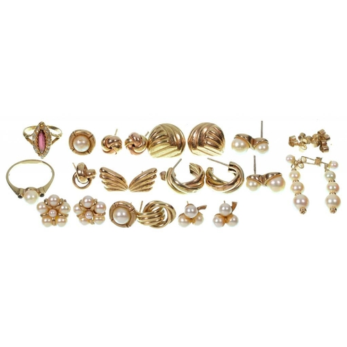 105 - <p>SEVERAL PAIRS OF GOLD AND CULTURED PEARL EARRINGS, A SIMILAR RING AND A RED AND WHITE STONE MARQU...