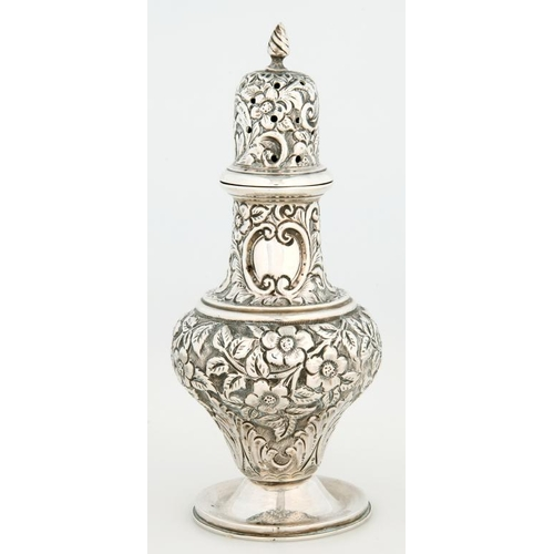 173 - <p>AN EDWARD VII SILVER CASTER AND COVER. OF OGEE SHAPE, EMBOSSED WITH FLOWERS AND FOLIAGE OVERALL, ...