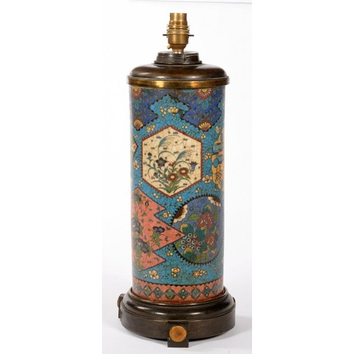 323 - <p>A VICTORIAN LACQUERED BRASS MOUNTED CYLINDRICAL CHINESE CLOISONN� EARTHENWARE OIL LAMP, 40CM H EX...