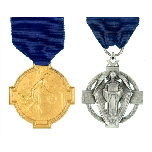 353 - <p>FREEMASONRY. A MASONIC PEACE MEMORIAL FESTIVAL SILVER GILT JEWEL, 1925 AND A 1922 FROSTED SILVER ...