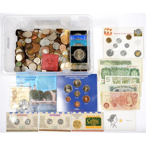 368 - <p>A MINIATURE GOLD COIN AND MISCELLANEOUS UNITED KINGDOM AND FOREIGN BASE METAL COINS, BANK NOTES, ...