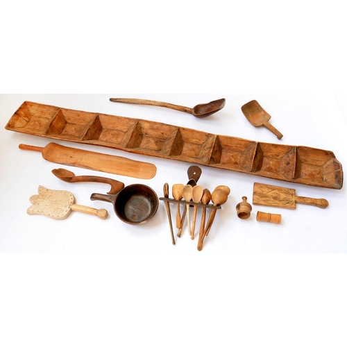 417 - <p>A QUANTITY OF TREEN, TO INCLUDE CARVED TULIP SHAPED GINGERBREAD MOULD, DATED 1915, 33CM L, LADLES...