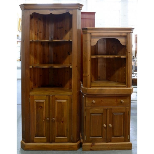 540 - <p>TWO WAXED PINE CORNER CUPBOARDS AND A DRESSING TABLE, 65CM W</p>...
