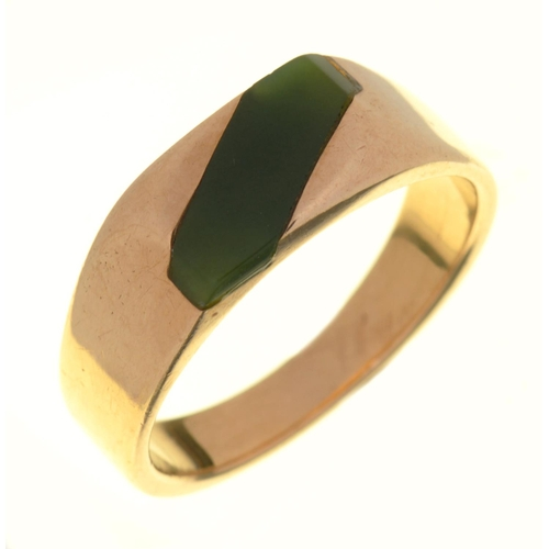16 - A GREEN AGATE SIGNET RING, IN GOLD MARKED 9CT, 6.5G, SIZE T½...