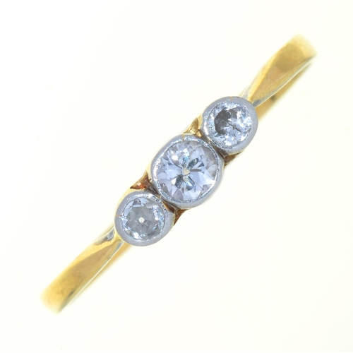 46 - AN EDWARDIAN DIAMOND THREE STONE RING IN GOLD, UNMARKED, 2G, SIZE R...