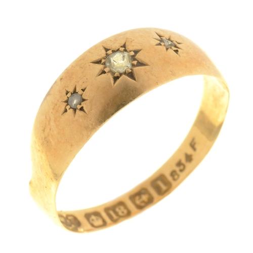 59 - A GYPSY SET THREE STONE DIAMOND RING IN 18CT GOLD, BIRMINGHAM 1910, 2G, SIZE P...