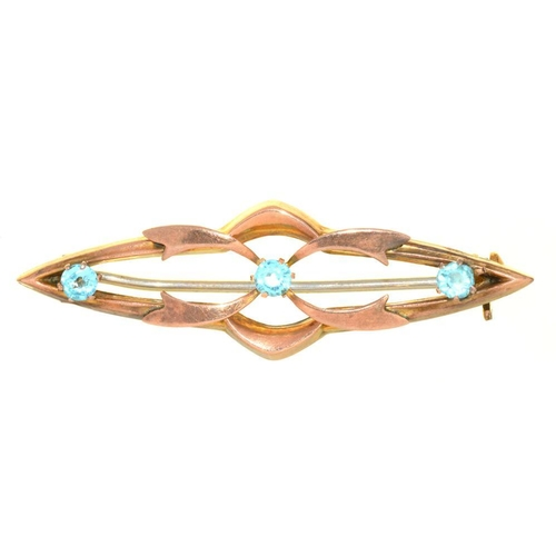 16 - <p>AN ART NOUVEAU BROOCH, SET WITH BLUE PASTE, IN GOLD MARKED 9CT, 4.5 CM L, 2G</p><p></p>...