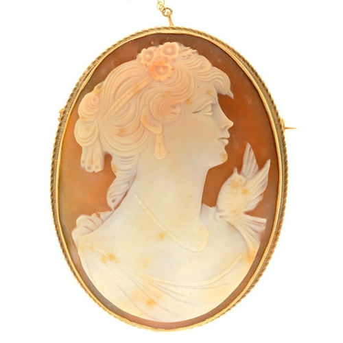 46 - <p>A SHELL CAMEO BROOCH OF APHRODITE IN 9CT GOLD, BIRMINGHAM 1979, 6.2 CM L</p><p></p>...