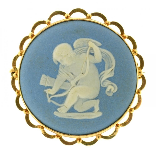 49 - <p>A WEDGWOOD JASPERWARE CAMEO BROOCH OF PUTTO, IN GOLD MARKED 9CT, 3.2 CM DIAMETER</p><p></p>...