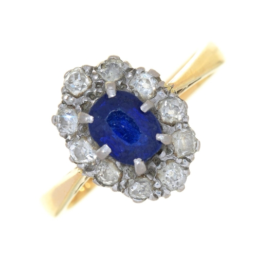 4 - A SAPPHIRE AND DIAMOND CLUSTER RING IN 18CT GOLD, LONDON 1978, 4G, SIZE N...