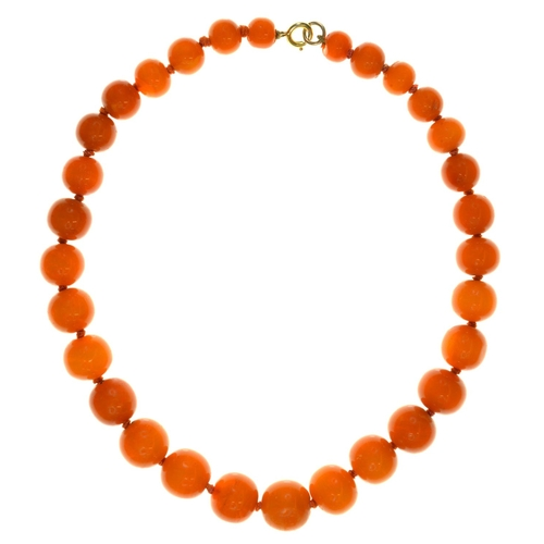 18 - <strong>A NECKLACE OF THIRTY AMBER BEADS </strong> 10-16mm, 35g...