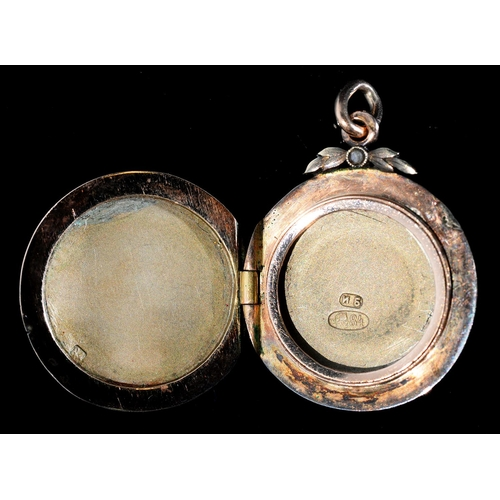 30 - <strong>A RUSSIAN GOLD AND SILVER GILT AND WHITE AND MAUVE GILLOUCHE ENAMEL LOCKET </strong>21mm, by...