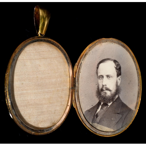 42 - <strong>A VICTORIAN GOLD LOCKET, C1870 </strong>54mm overall, 17g...