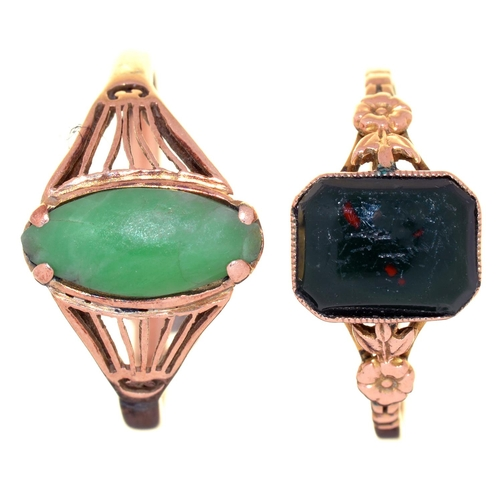 13 - A TURQUOISE RING AND A BLOODSTONE RING, EARLY 20TH C, IN GOLD, THE FIRST WITH PIERCED SHOULDERS, ONE...