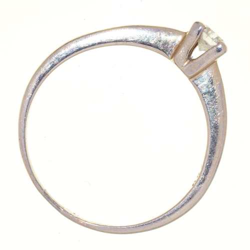 20 - A DIAMOND RING WITH ROUND BRILLIANT CUT DIAMOND IN WHITE GOLD, MARKED 750, 2.5G, SIZE O½...