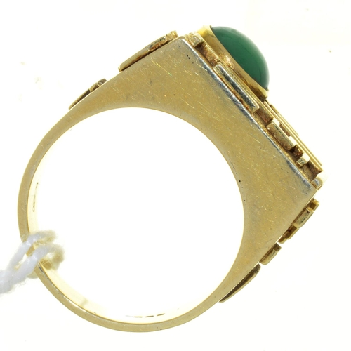 35 - A MODERNIST 14CT GOLD RING, SET WITH JADE CABOCHON, IMPORT MARKED LONDON 1979, 14.5G, SIZE T...