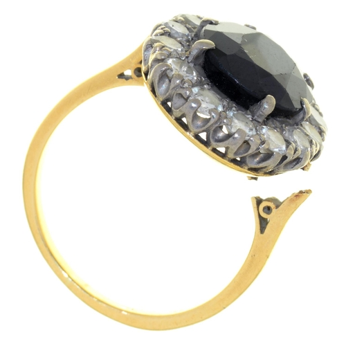 40 - A SAPPHIRE AND DIAMOND CLUSTER RING IN GOLD, MARKED 18CT, 5.9G SIZE M½...