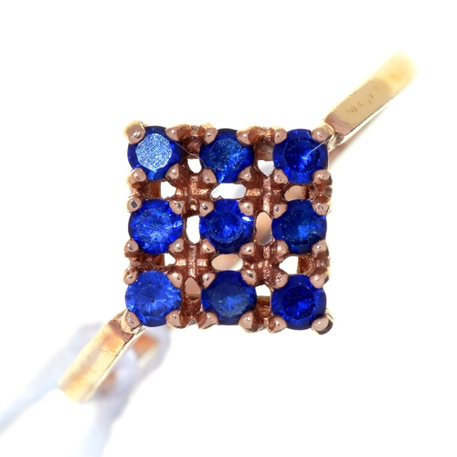 8 - A SAPPHIRE CHEQUERBOARD RING IN 9CT GOLD, LONDON 1970, 2.3G, SIZE O...