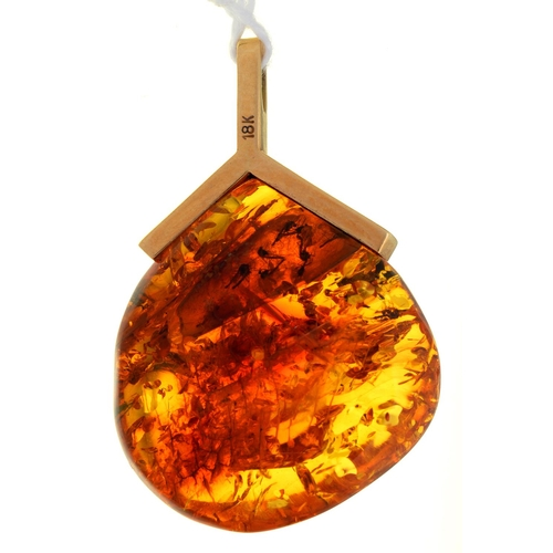 19 - A GOLD AND AMBER PENDANT, 36MM H, MARKED 18K, 6.9G...