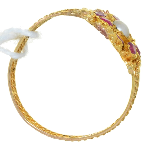 26 - A RUBY, PEARL AND GOLD CANNETILLE RING, MID 19TH C, ON TWISTED WIRE BAND, UNMARKED, 1.8G, SIZE P½...