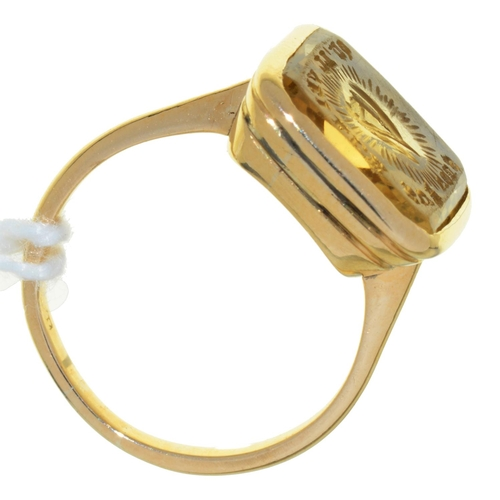 28 - A GOLD AND CITRINE SIGNET RING, 19TH C, 3.9G, SIZE G...