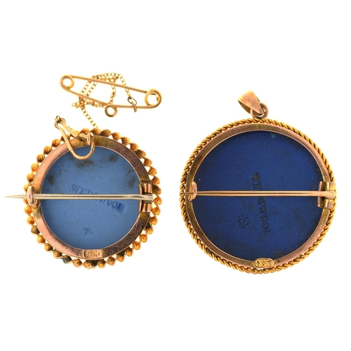 31 - TWO CIRCULAR GOLD BROOCHES, EACH SET WITH A WEDGWOOD JASPER CAMEO, C1900, 26 AND 29MM DIAM, IMPRESSE...
