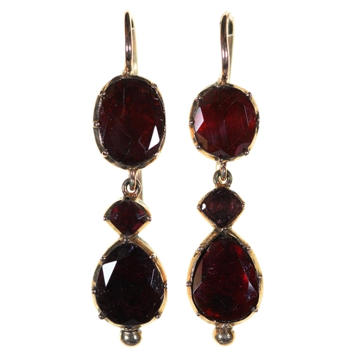 39 - A PAIR OF FOILED GARNET AND GOLD EARRINGS, 19TH C, WIRE LOOP, 33MM, 4G...