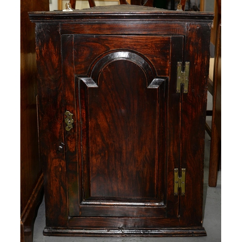 900 - A GEORGE III ELM HANGING CORNER CUPBOARD, C1780, FITTED WITH TWO SHELVES ENCLOSED BY A DOOR WITH RAI...