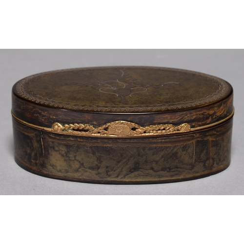 492a - A LOUIS XVI OVAL PIQUE SNUFF BOX, C1780, OF HORN, THE LID INLAID IN SILVER WITH A VASE OF FLOWERS, C...