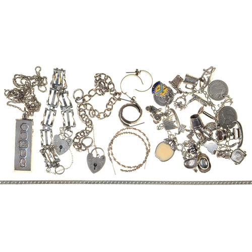 101 - A SILVER CHARM BRACELET AND MISCELLANEOUS SILVER JEWELLERY, INCLUDING AN INGOT PENDANT, 4OZS