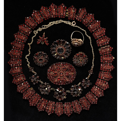 102 - A GARNET NECKLACE, LATE 19TH C, 42CM L AND SEVEN OTHER ARTICLES OF GARNET JEWELLERY (8)