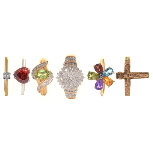 12 - FIVE RINGS, VARIOUSLY GEM SET IN GOLD AND A 9CT GOLD CRUCIFIX RING, 16.8G, SIZES N, P (6)...
