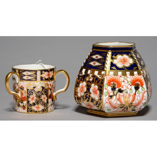 261 - AN HEXAGONAL ROYAL CROWN DERBY WITCHES PATTERN VASE AND LOVING CUP, 1914 AND 19, VASE 90MM H, PRINTE...