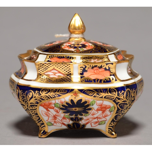 264 - A ROYAL CROWN DERBY SHAPED SQUARE IMARI PATTERN BOX AND COVER, 1913, 70MM H, PRINTED MARK...