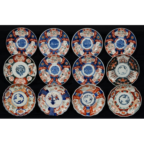 352 - A SET OF SIX JAPANESE IMARI PLATES AND SIX IMARI DISHES, ALL EARLY 20TH C, 21CM DIA AND CIRCA...