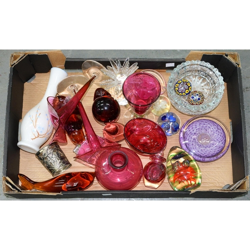 395 - MISCELLANEOUS ORNAMENTAL GLASSWARE TO INCLUDE CRANBERRY AND OTHER DECORATIVE GLASS...