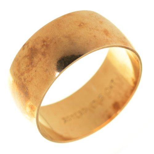 4 - A GOLD WEDDING RING, MARKED 10KT, SIZE L½...