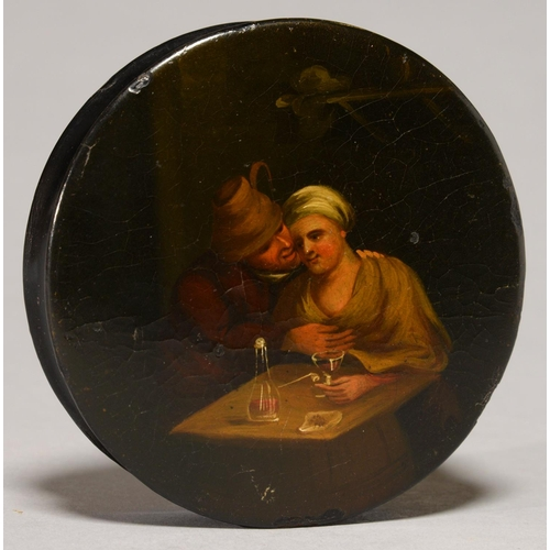 440 - A PAPIER MACHE SNUFF BOX AND COVER, EARLY 19TH C, THE COVER PAINTED WITH A 17TH C DUTCH TAVERN SCENE...