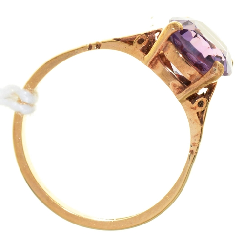 5 - AN AMETHYST RING, IN 9CT GOLD, BIRMINGHAM 1972, 2.4GM SIZE M½...