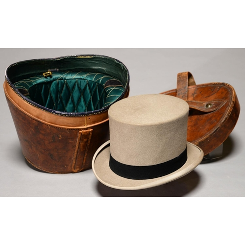 522 - A VICTORIAN LEATHER HAT BUCKET WITH BRASS LOCK, C1900, WITH DETACHABLE PADDED GREEN SILK LINER AND A...