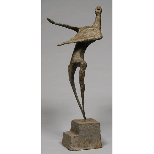 545 - MODERN BRITISH SCHOOL - A RESIN SCULPTURE OF A MAN, ON STEPPED PLINTH, 80CM H...
