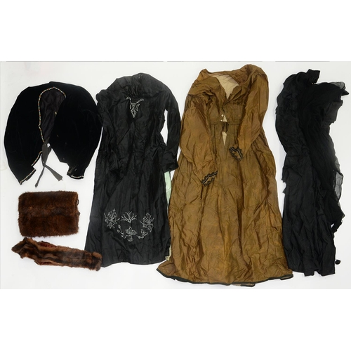 559 - VINTAGE COSTUME. A SMALL COLLECTION, 20TH C, INCLUDING FURS...