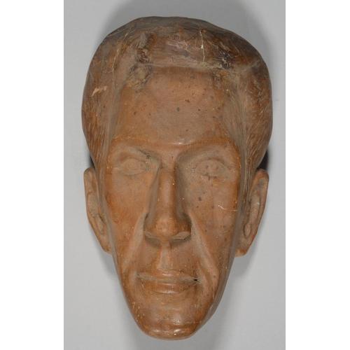 562 - MODERN BRITISH SCHOOL - A LIFE SIZED CARVED WOOD PORTRAIT HEAD OF A MAN, 31CM H...