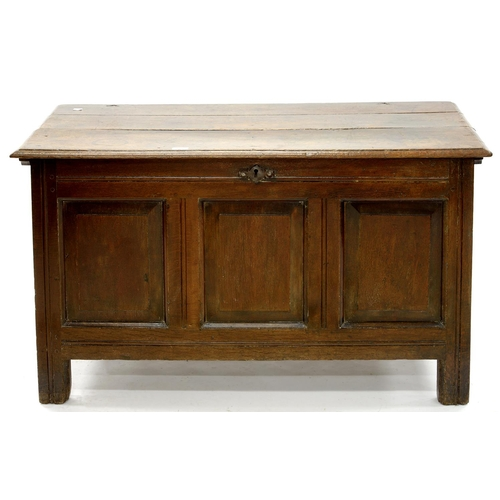 899 - AN OAK CHEST, 18TH C, THE FRONT WITH THREE RAISED AND FIELDED PANELS, ON CHANNELLED STILES, THE INTE...