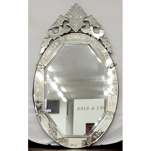 916 - A VENETIAN OVAL MIRROR, 20TH C, THE BEVELLED OCTAGONAL PLATE IN A SURROUND OF FLORAL ENGRAVED SLIP M...