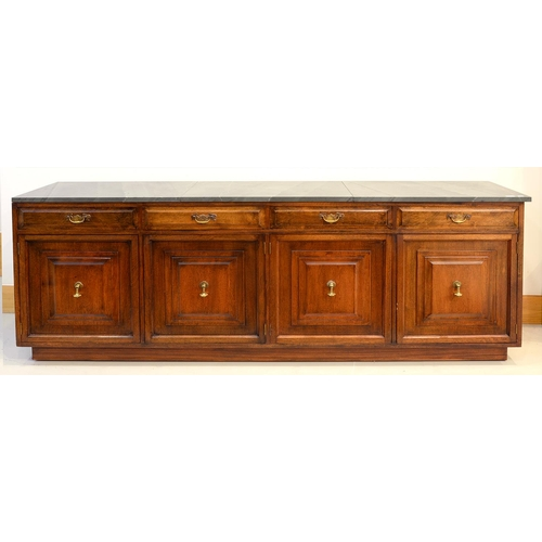 923 - A MAHOGANY DRESSER, 20TH C, FITTED WITH FOUR MOULDED DRAWERS ABOVE CONFORMING DOORS WITH BRASS LOOP ...