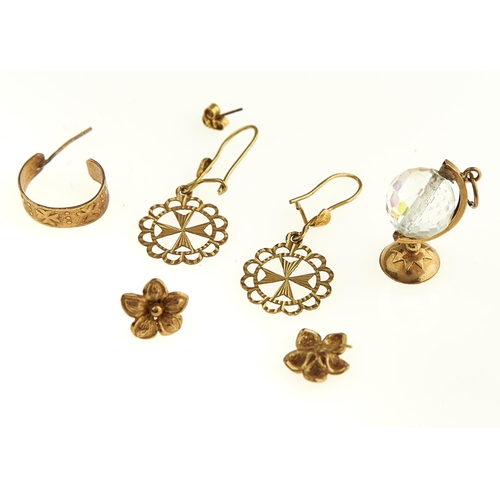 32 - ONE AND TWO PAIRS OF GOLD EARRINGS AND A GOLD AND GLASS GLOBE CHARM, VARIOUS SIZES, 7.9G...