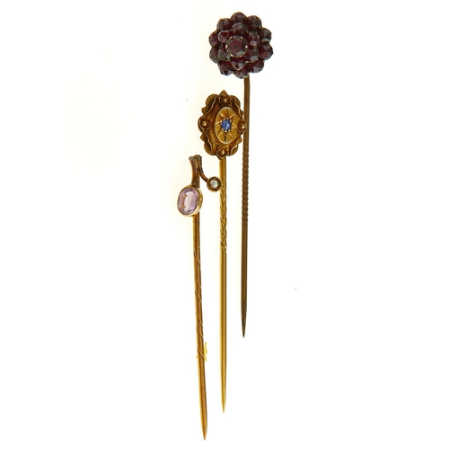 33 - A VICTORIAN GOLD STICKPIN, THE TERMINAL GYPSY SET WITH A SAPPHIRE, 58MM, MARKED 15CT AND TWO OTHER G...