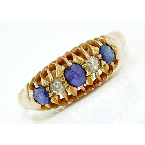 4 - A FIVE STONE SAPPHIRE AND DIAMOND RING, IN 18CT GOLD, CHESTER 1911. 3.6G, SIZE Q...