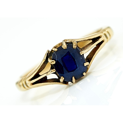 6 - A SAPPHIRE RING, EARLY 20TH C, IN GOLD, MARKED 18ct, 2.6G, SIZE J...